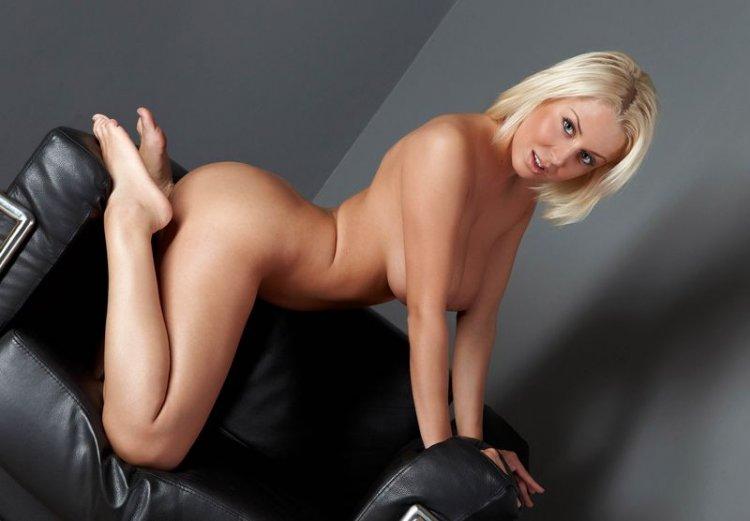 Шикарная блондинка с сочной киской и упругой жопой