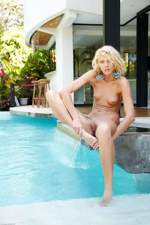 Раздвинула ноги у бассейна