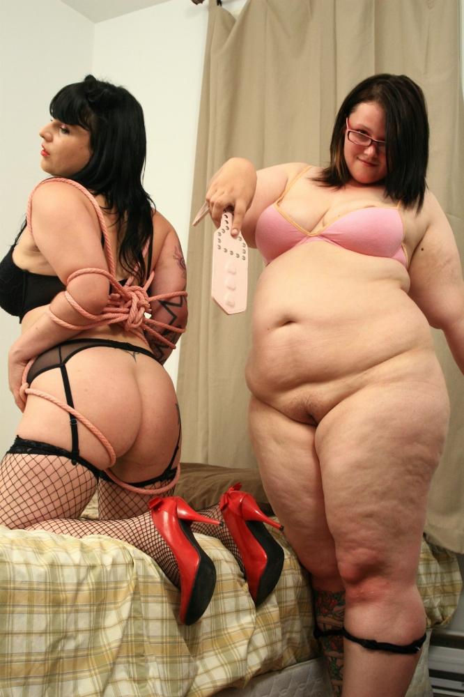 Сексуальные толстушки развлекаются