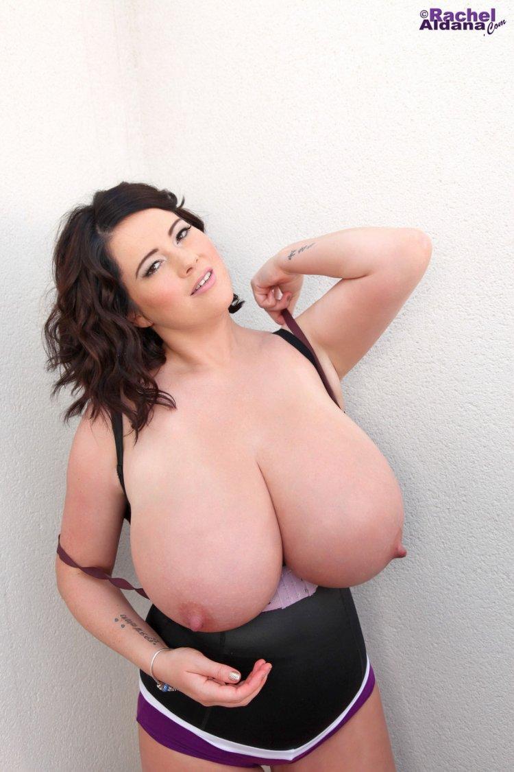 Сексуальная толстушка с огромными сиськами