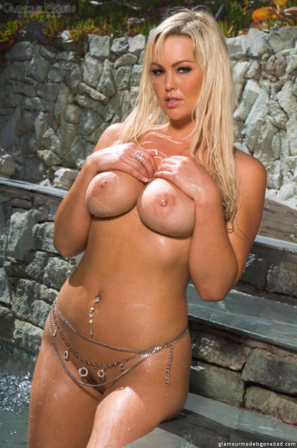 Мокрая грудастая блондинка