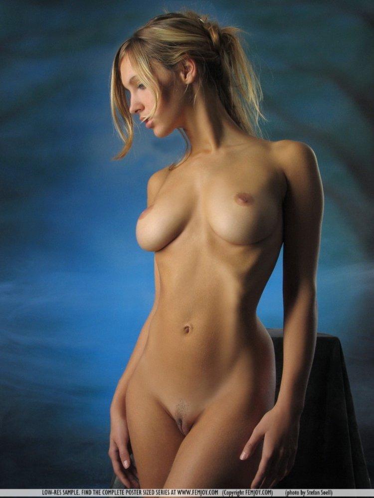 Стройная голая блондинка с огромными сиськами