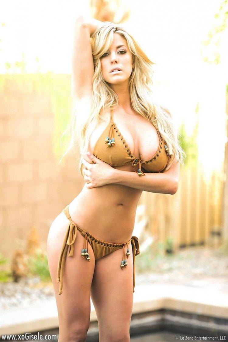 Красивая сексуальная блондинка с аппетитным телом
