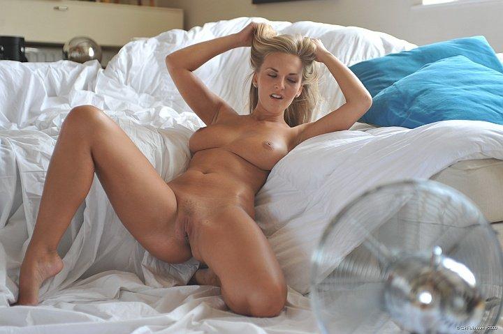 Стройная блондинка с красивыми сиськами на кровати