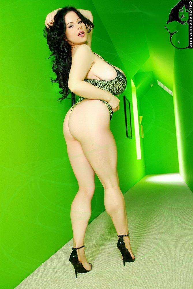 Развратная шлюха в зеленом коридоре