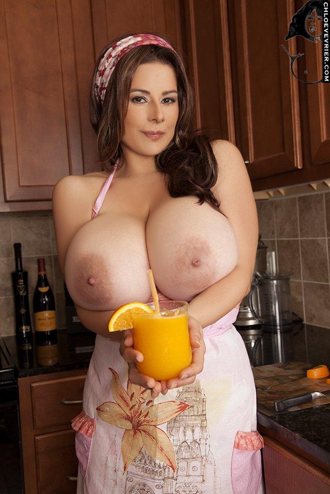 Сочная зрелая мамаша на собственной кухне