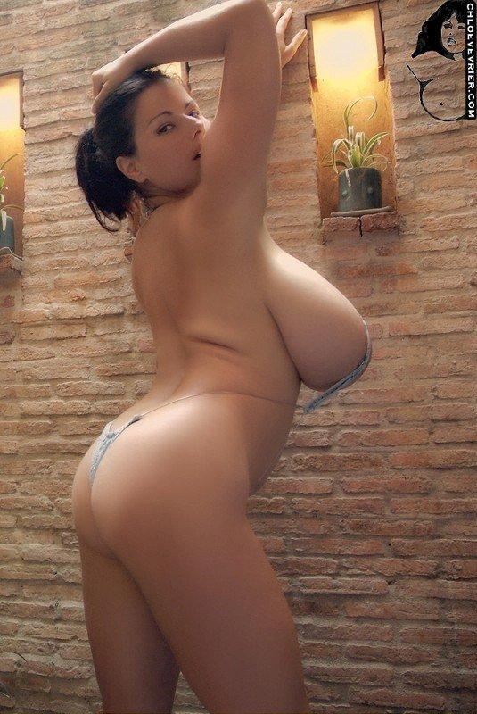 Женщина голяком показывает свои огромные сиськи