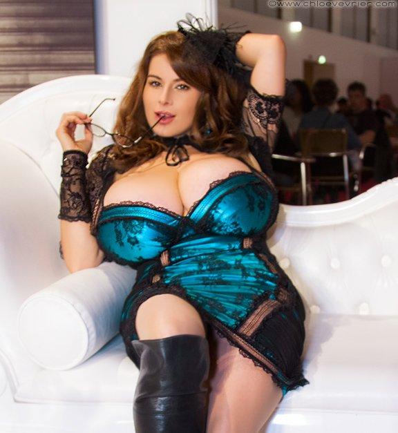 Сексуальная мамаша в синем платье