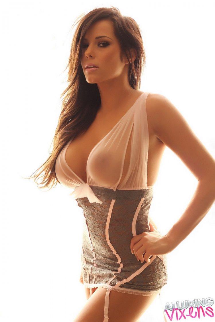 Изумительная девушка с красивой попкой на белом фоне