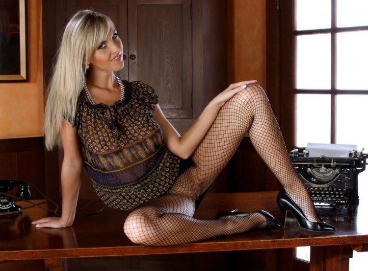 Знойная сучка в леопардовом платье с красивой попкой
