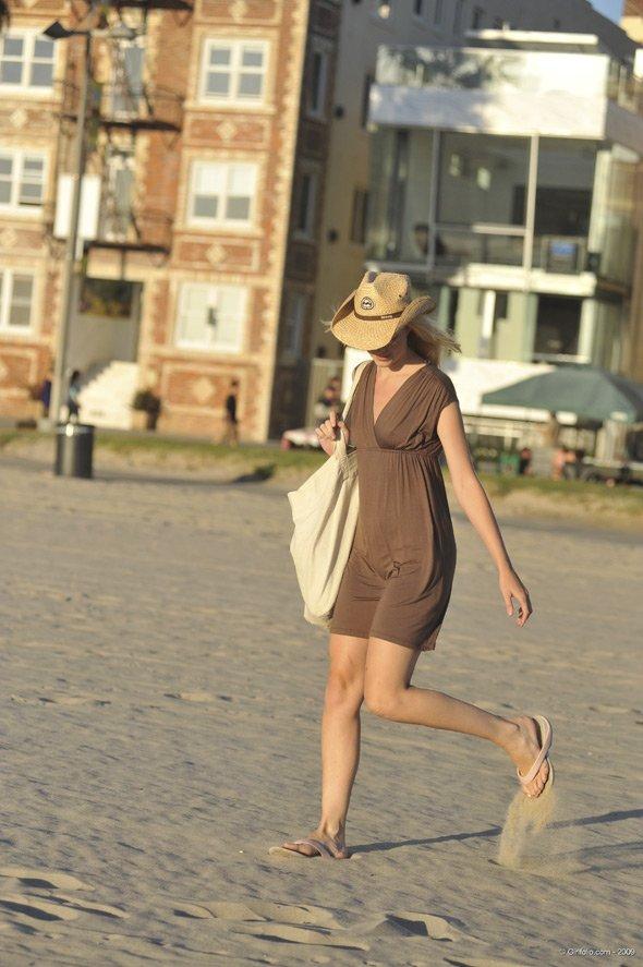 Нудистка разгуливает по пляжу