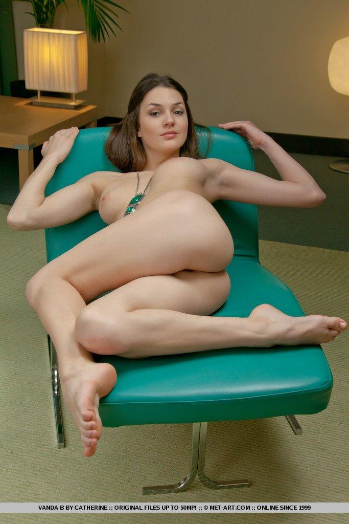 Голенькая стройняшка на массажном кресле
