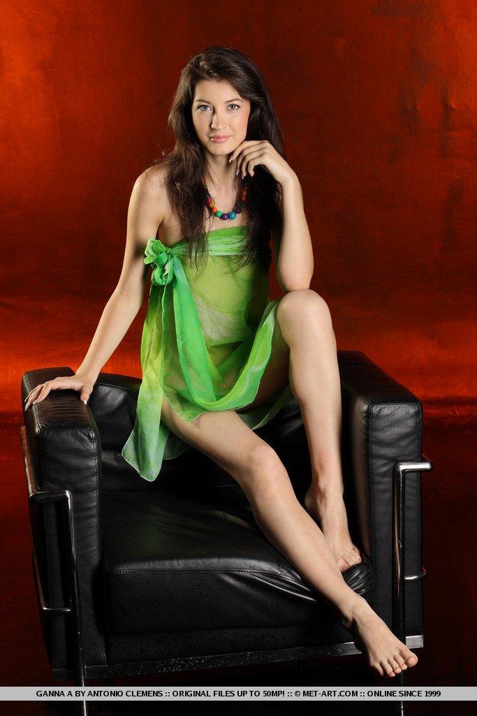 Дама снимает зеленое платье с худосочного тела