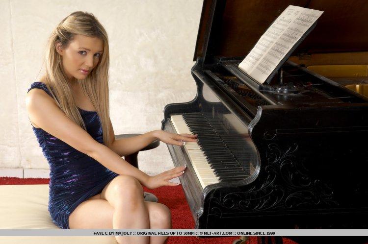 Голышом у рояля