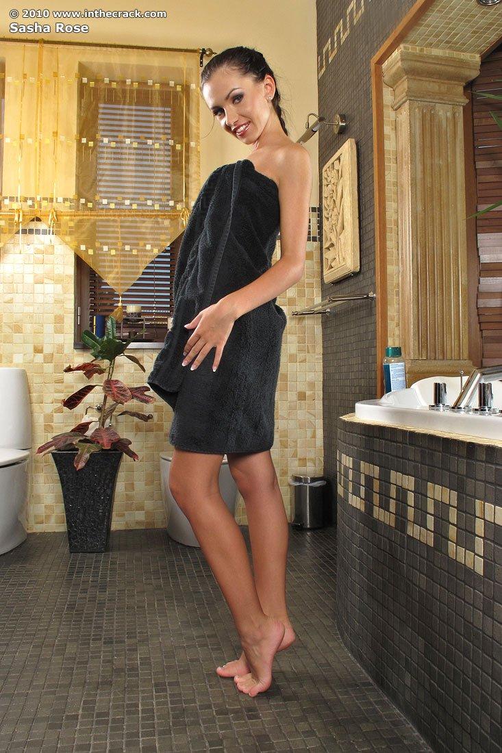 Стройная девушка принимает ванну