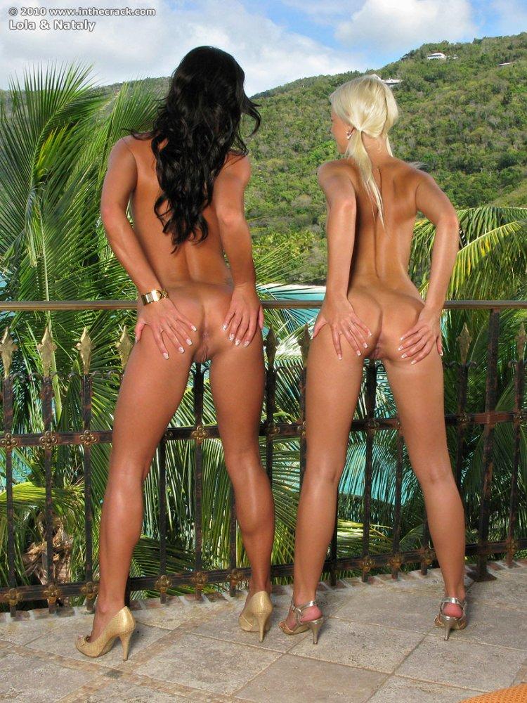 Голые блондинка и брюнетка раздвигают булки