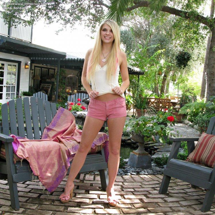 Голая блондинка на скамейке показывает пизду
