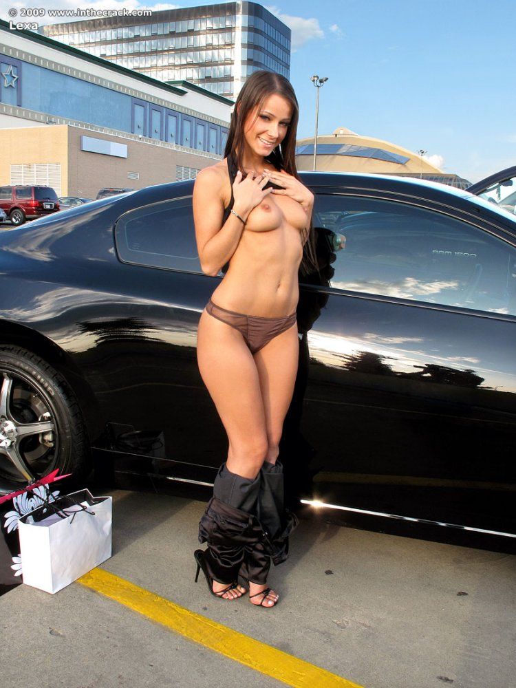 Голая девушка на парковке