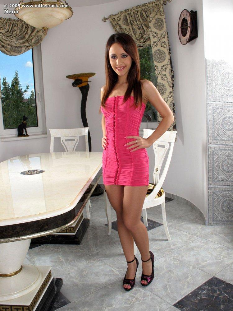 Красивая девушка снимает платье и показывает обнажённую попку