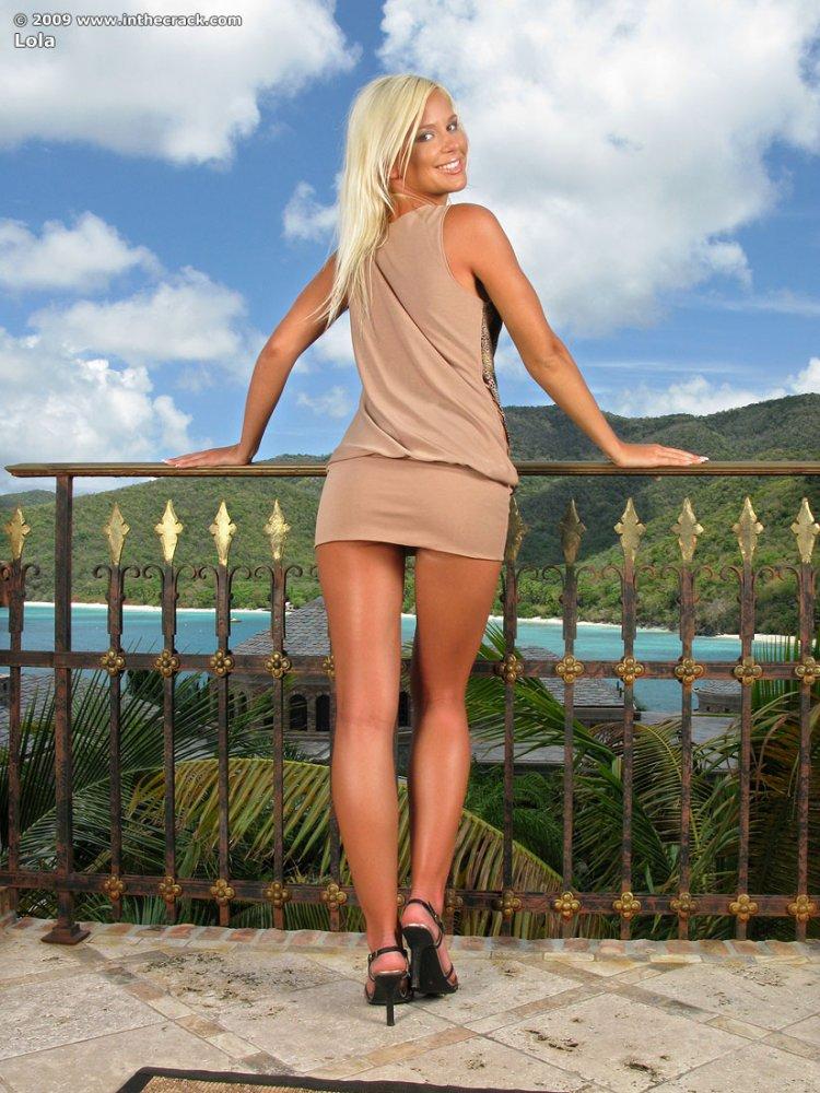 Стройна голая блондинка задирает ножки