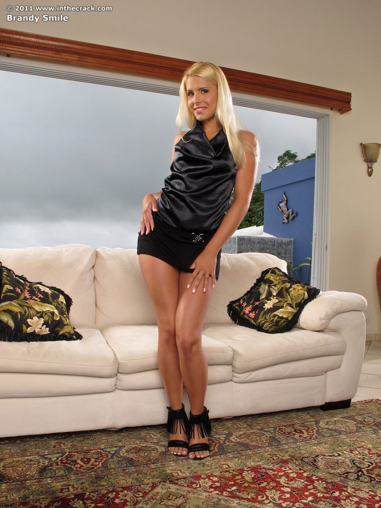 Блондинка снимает платье и чёрные трусики