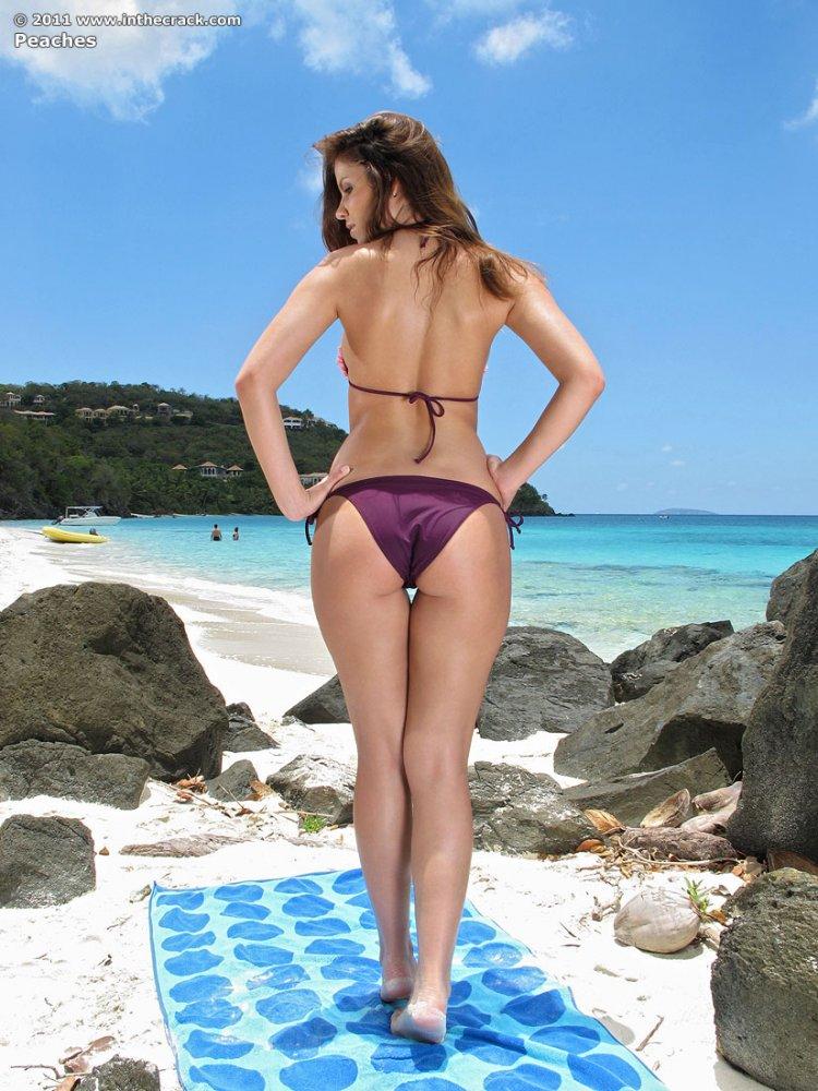 Голая девушка с красивой попкой на пляже
