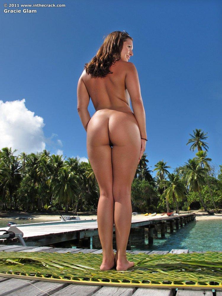 Красивая голая девушка с роскошной голой жопой
