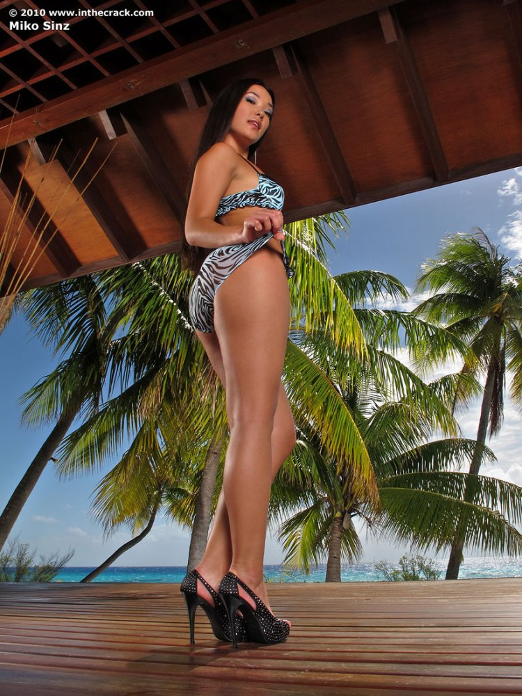 Азиатская проститутка раздвигает свои ножки