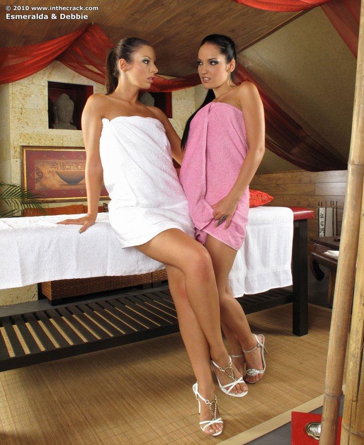 Две голые девушки массируют друг друга