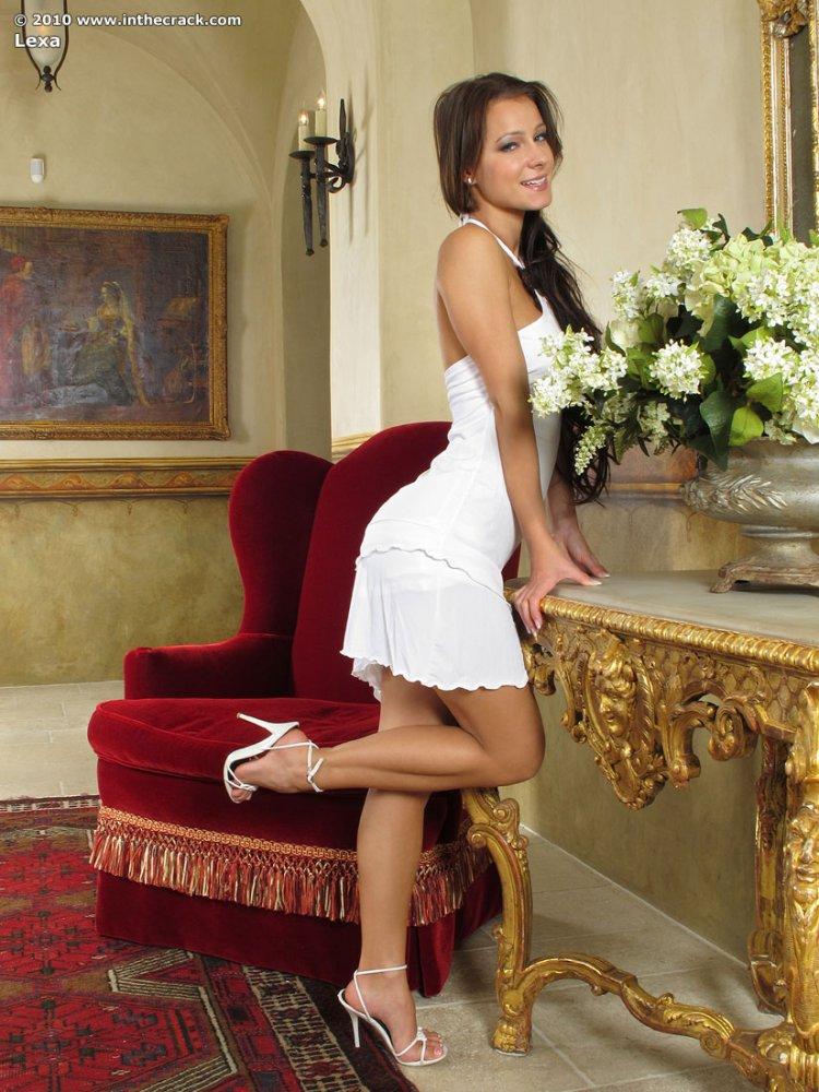 Красивая девушка снимает платье под которым нет белья