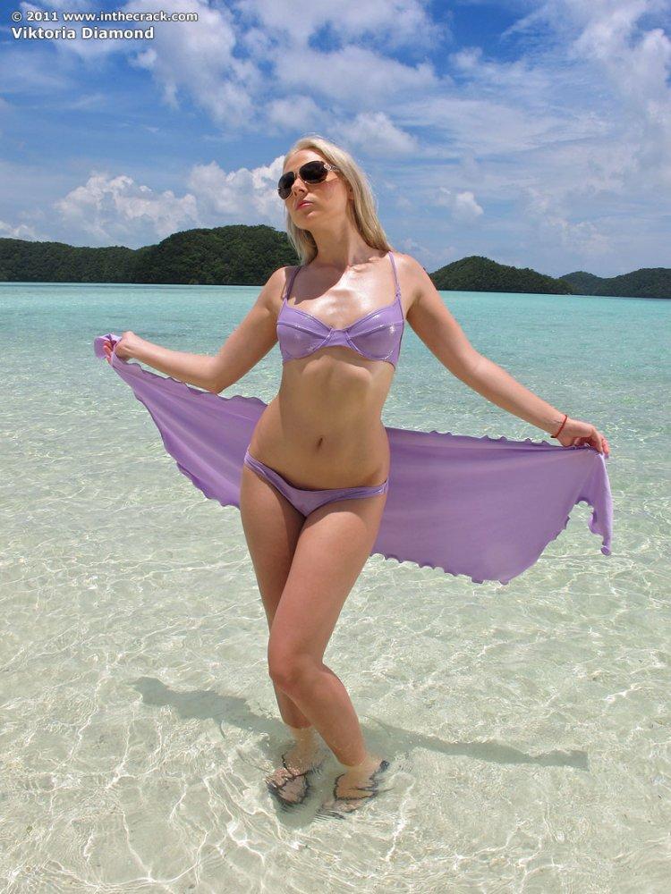 Мокрая голая блондинка на пальме