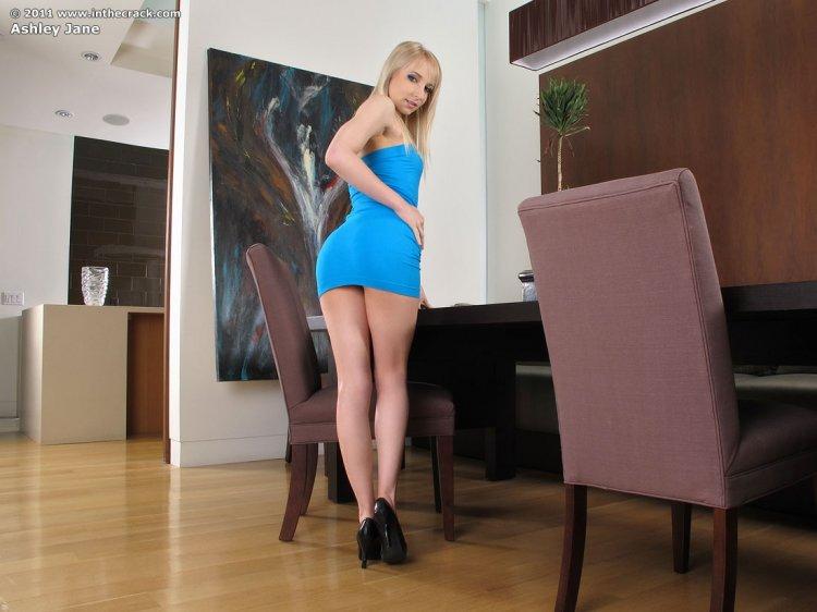 Белокурая девушка снимает платье и трусики