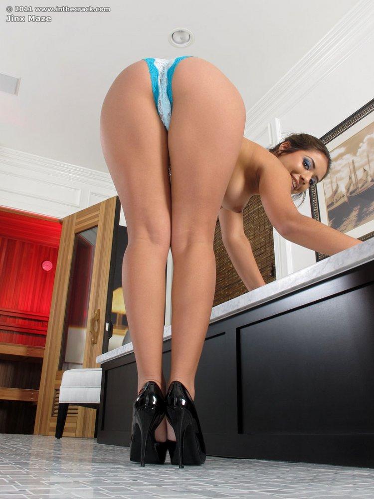 Девушка с большими бёдрами и короткими ногами