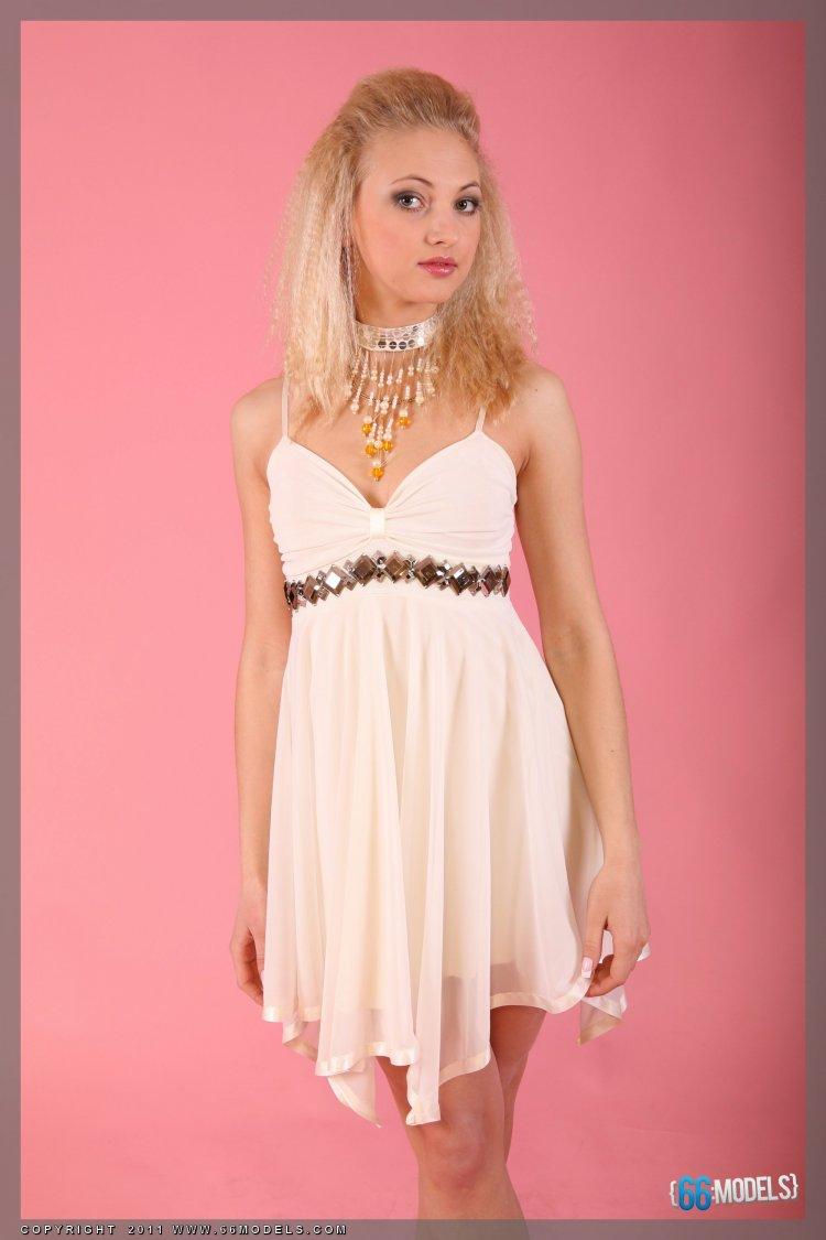 Нежная кокетка позирует в красивом платье