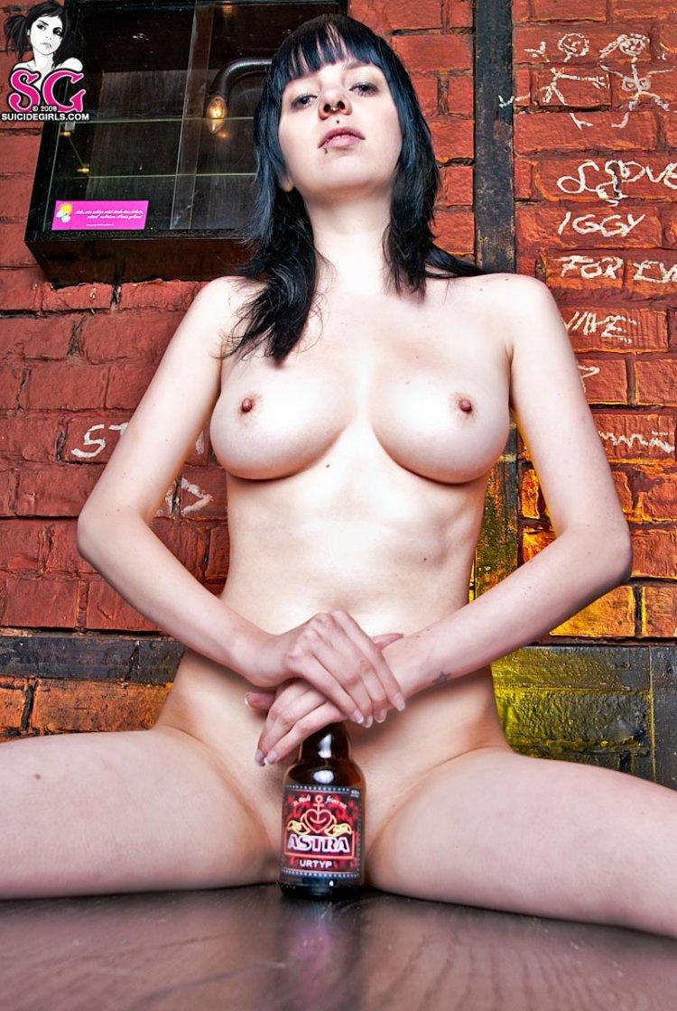 Недоступная брюнетка веселится в баре