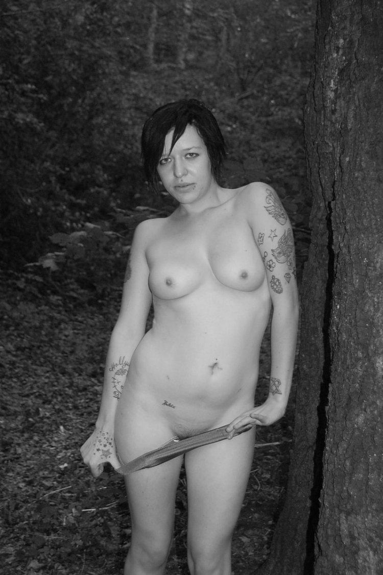 Раскрепощенная сосулька шалит в лесу