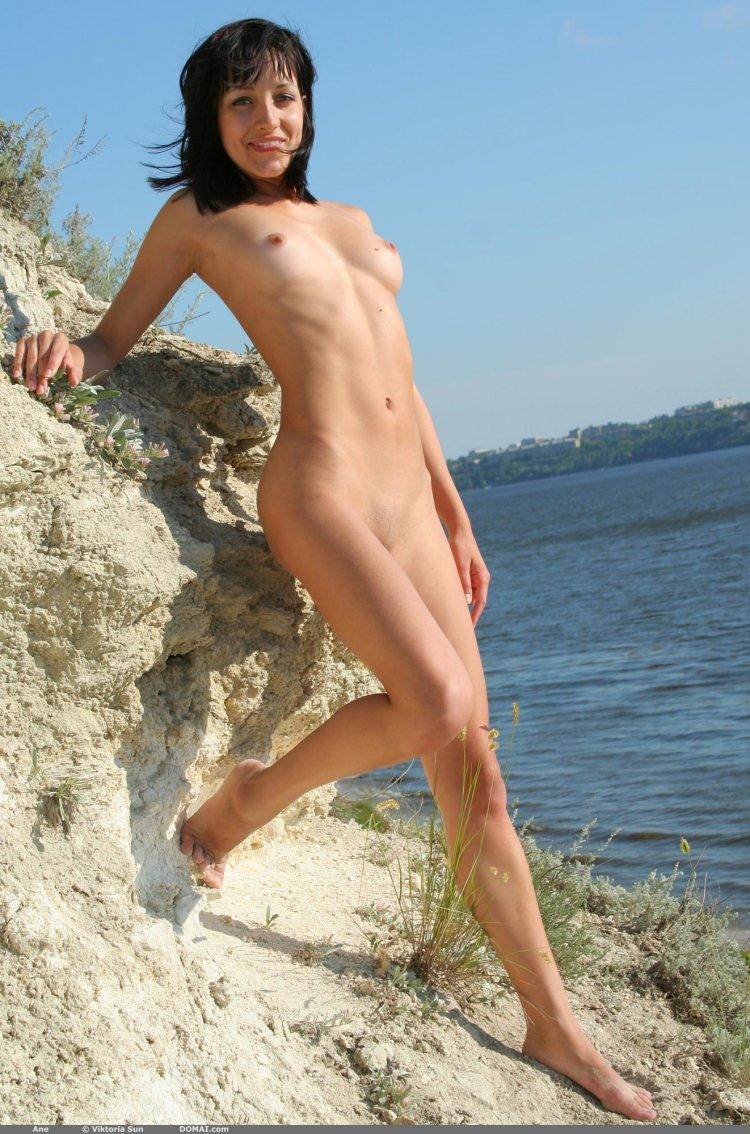 Симпатичная бабенка разделась возле озера