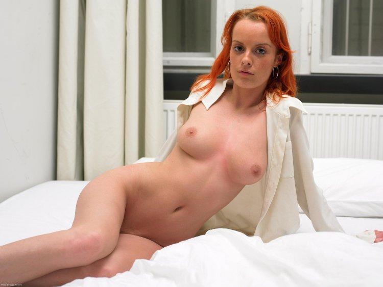 Рыжеволосая цыпа расстегнула сексапильную рубашку