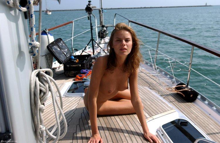 Яркая сучонка развлеклась на яхте