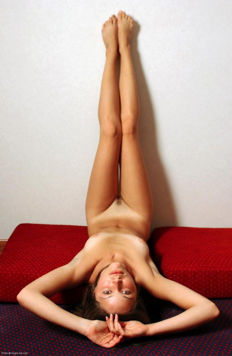 Худенькая девчонка демонстрирует интимные места