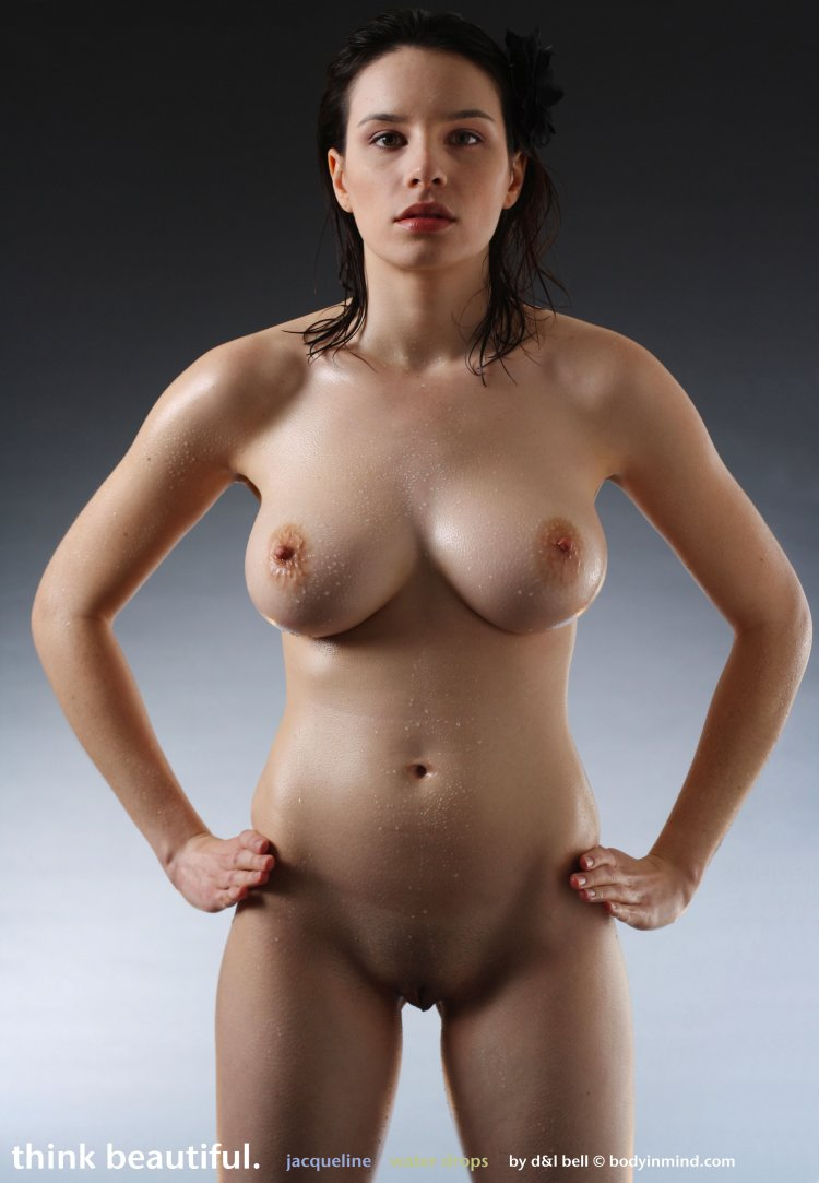Симпатичная дама оголила пышные формы