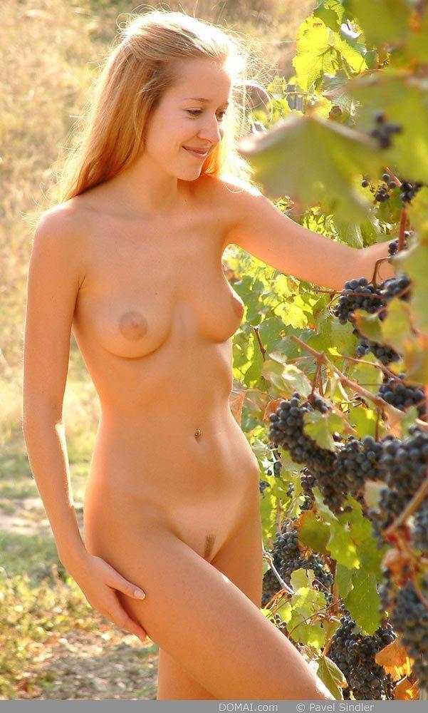 Беззаботная тетка кушает спелый виноград