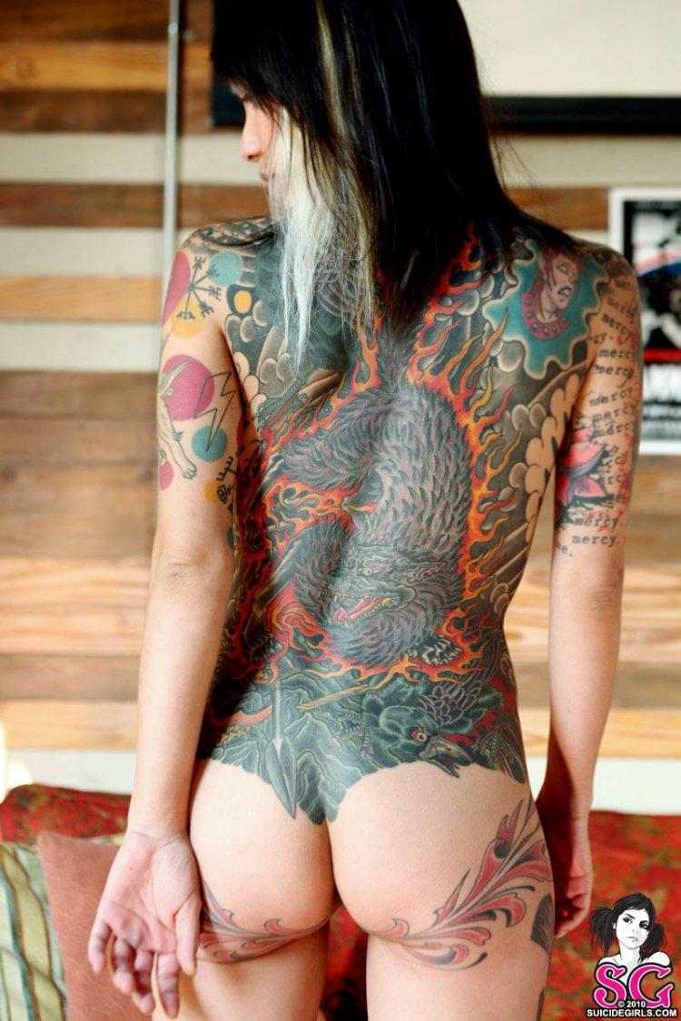 Русская красотка показала татуировки
