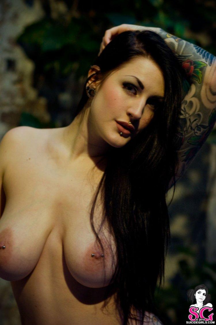 Взрослая женщина оголила большую грудь