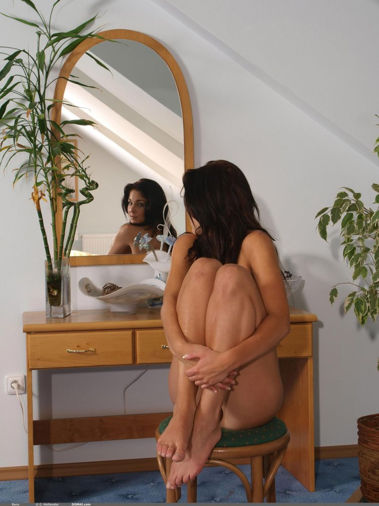 Горячая девушка закрылась в спальне
