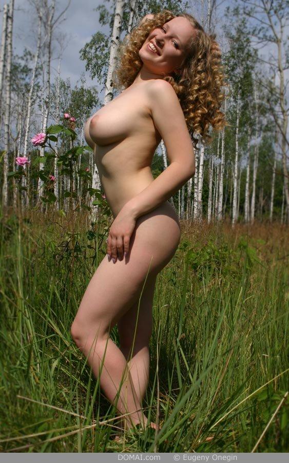 Длинноногая девушка с большими буферами