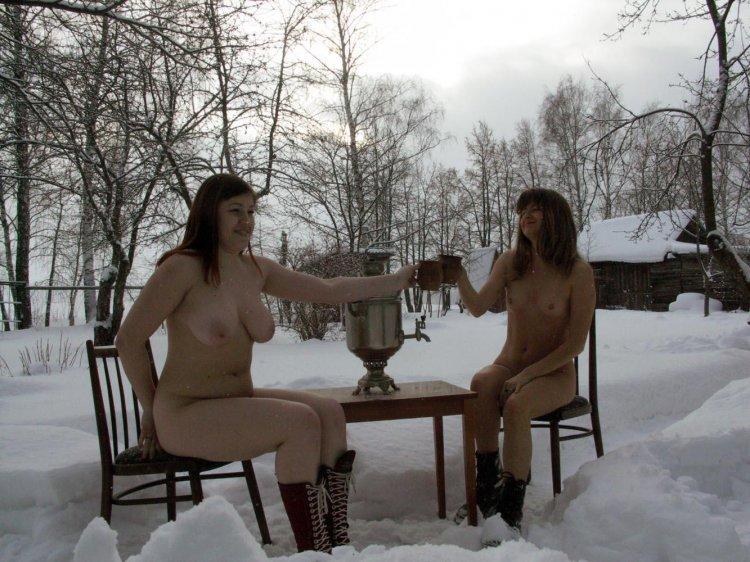 Горячие подружки веселяться на улице