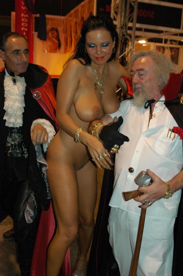 Женственная брюнетка с пышными буферами