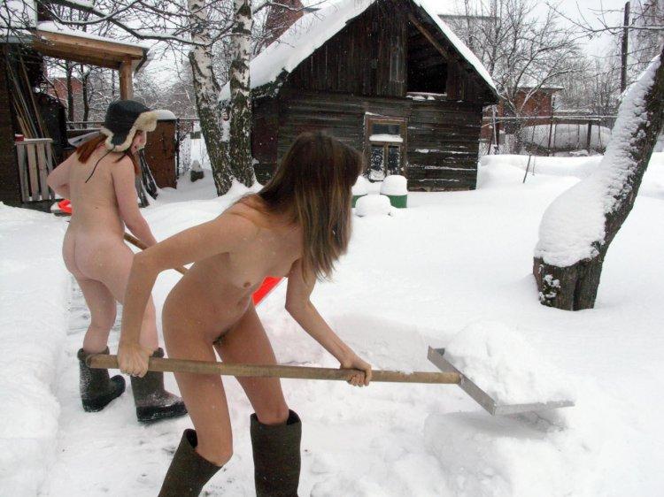 Обнаженные девушки прочищают снег