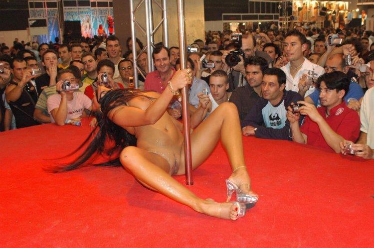 Восхитительная брюнетка танцует стриптиз